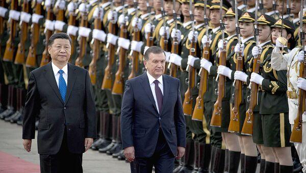 Председатель КНР Си Цзиньпин и президент Узбекистана Шавкат Мирзиёев во время церемонии приветствия в Пекине - Sputnik Узбекистан