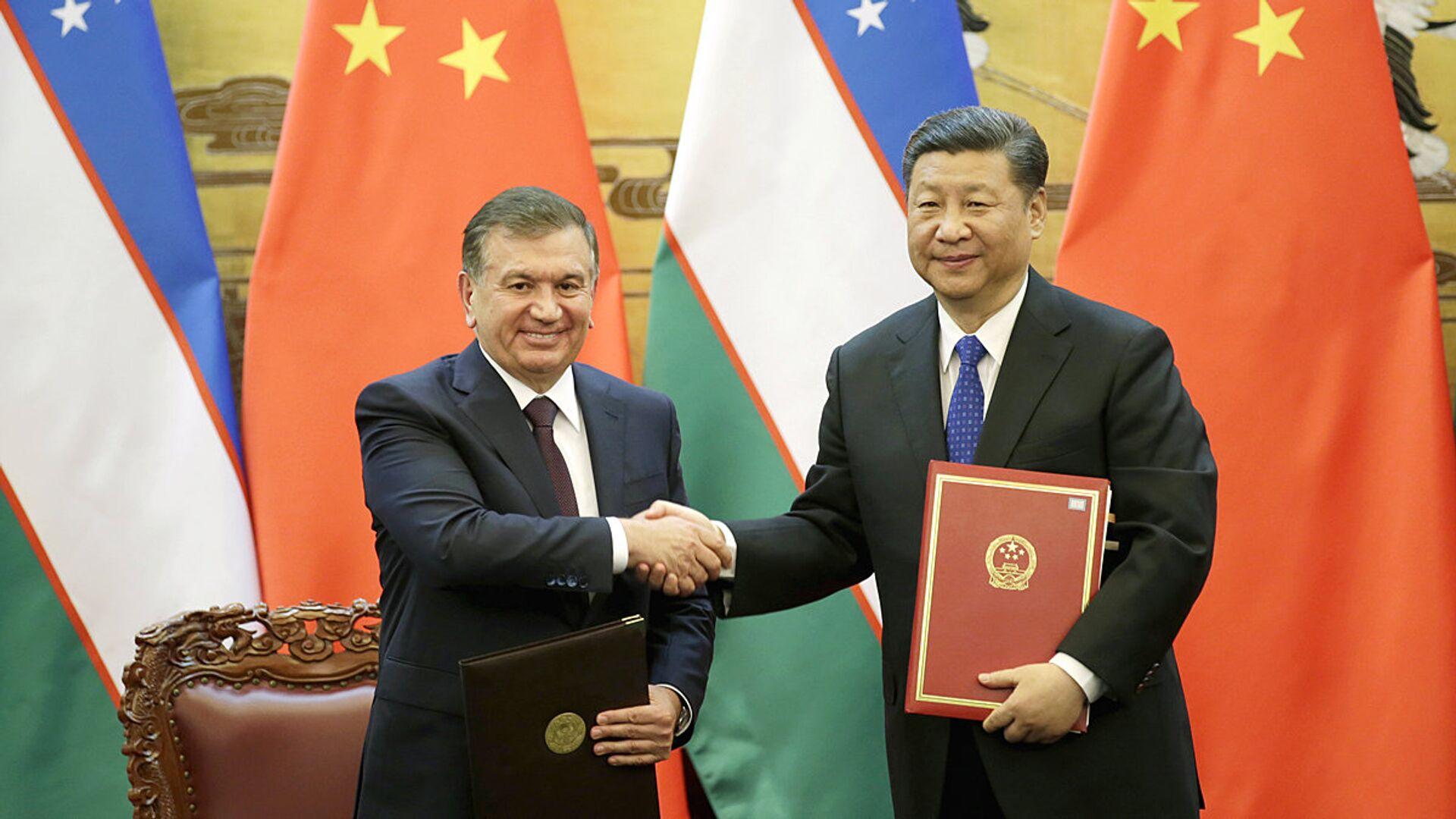 Председатель КНР Си Цзиньпин и президент Узбекистана Шавкат Мирзиёев - Sputnik Узбекистан, 1920, 01.10.2021