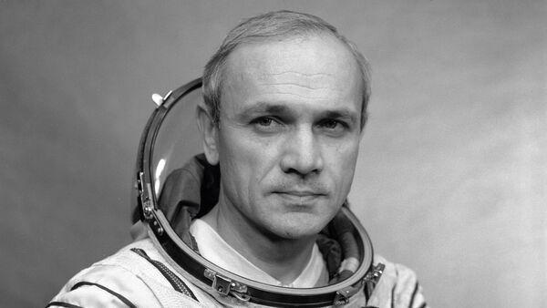 Lyotchik-kosmonavt V. Djanibekov - Sputnik Oʻzbekiston