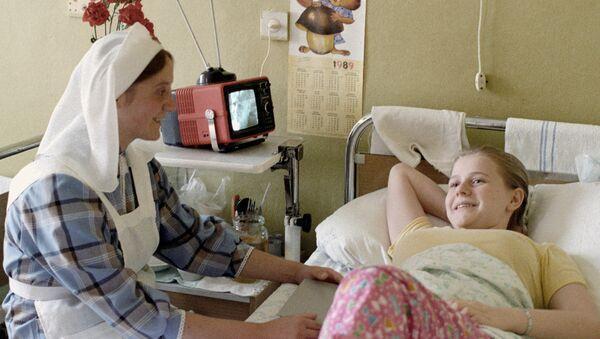 Sestra miloserdiya uxajivayet za bolnoy - Sputnik Oʻzbekiston
