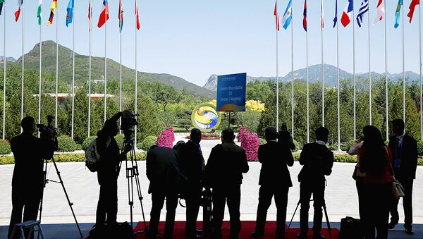 Journalist take pictures outside the venue of a summit at the Belt and Road Forum in Beijing - Sputnik Узбекистан