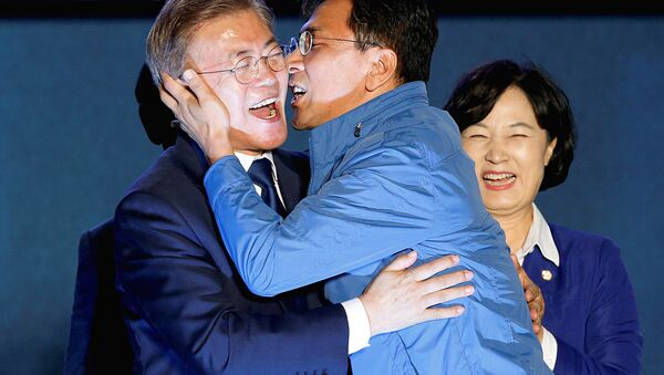 South Chungcheong governor An Hee-jung kisses South Korea's president-elect Moon Jae-in at Gwanghwamun Square in Seoul - Sputnik Узбекистан