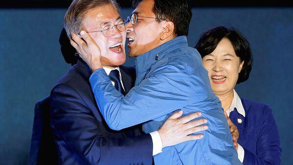Губернатор Южного Чхунчхона Ан Хи-Юнг целует избранного президента Южной Кореи Мун Чжэ Ина - Sputnik Узбекистан