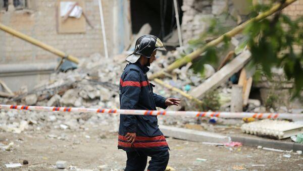 Сотрудник МЧС на месте обрушения части жилого дома из-за взрыва газа, архивное фото - Sputnik Узбекистан