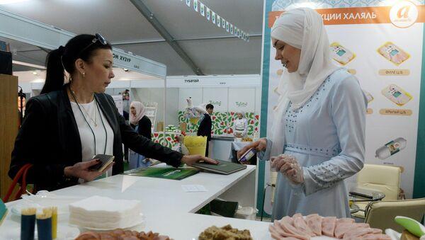 Открытие выставочной экспозиции RUSSIA HALAL EXPO в рамках IX Международного экономического саммита Россия — Исламский мир: KazanSummit 2017 в Казани - Sputnik Узбекистан