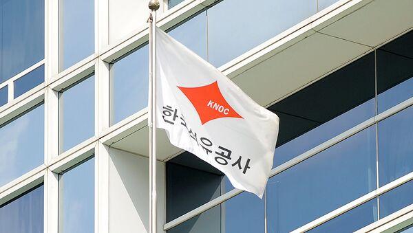 Флаг с логотипом компании KNOC - Sputnik Узбекистан