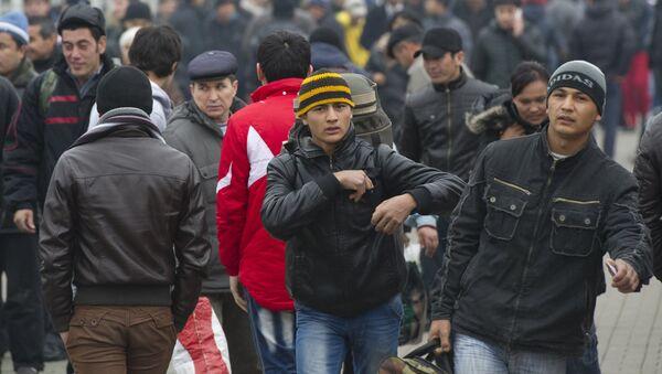 Пассажиры поезда Ташкент - Москва, прибывшего на Казанский вокзал, на платформе - Sputnik Ўзбекистон