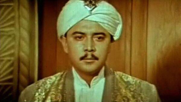 Oʻlmas Alixoʻjayev Otabka rolida. «Oʻtgan kunlar»  (1969) filmida - Sputnik Oʻzbekiston