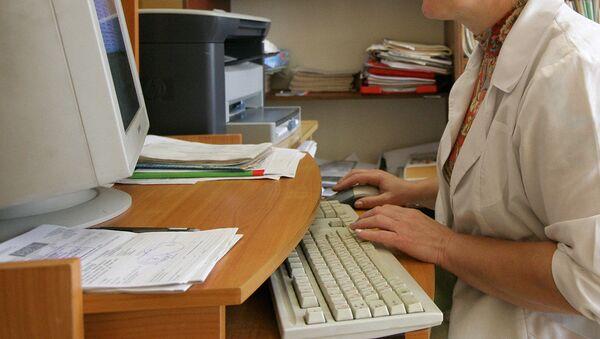 Врач работает за компьютером - Sputnik Узбекистан