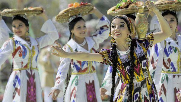 Девушки танцуют во время Навруза в Ташкенте - Sputnik Узбекистан