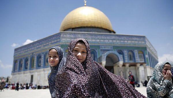 Девочка-палестинка у мечети Купол скалы в первый день Рамадана - Sputnik Узбекистан