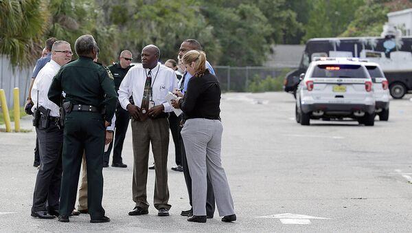 Правоохранительные органы на месте стрельбы в промышленном районе недалеко от Орландо, штат Флорида - Sputnik Узбекистан
