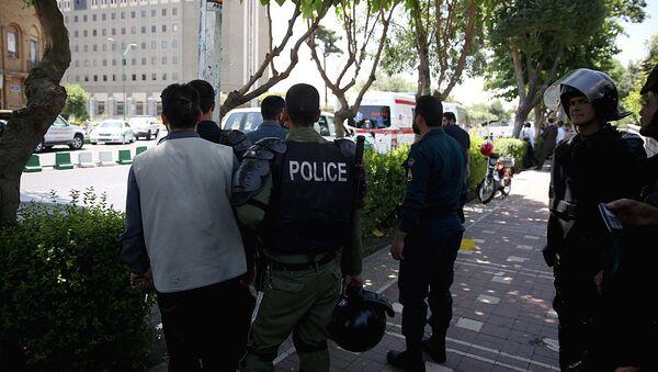 Иранские полицейские стоят возле здания парламента в Тегеране - Sputnik Ўзбекистон