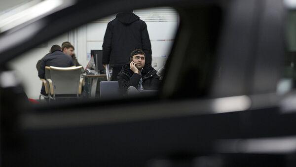 Мужчина в автосалоне - Sputnik Ўзбекистон