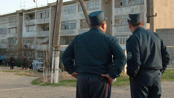 Узбекские милиционеры возле дома - Sputnik Ўзбекистон
