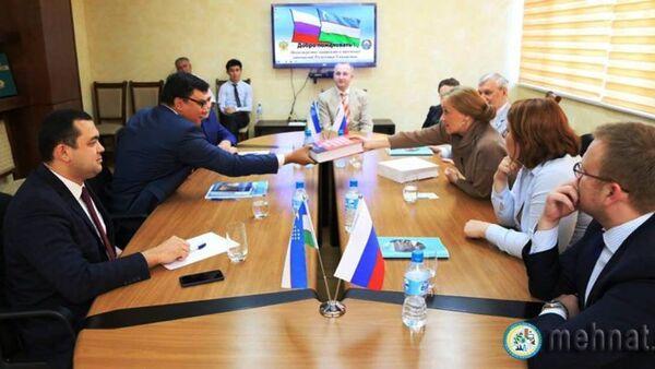 V Mintruda sostoyalas vstrecha s delegatsiyey instituta Pushkina - Sputnik Oʻzbekiston