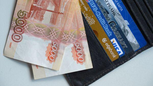 Koshelek s dengami i bankovskimi kartami - Sputnik Oʻzbekiston