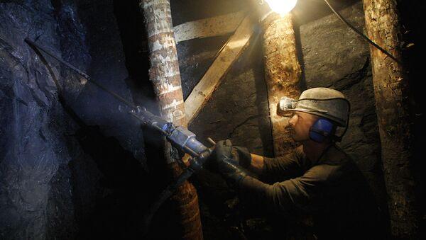 Шахтер в урановой шахте - Sputnik Узбекистан