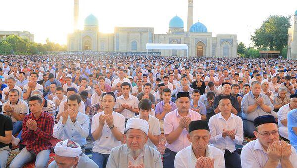Праздничная молитва в соборной мечети Хазрати Имам - Sputnik Узбекистан