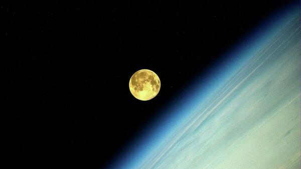 Фотография Луны во время суперлуния, сделанная космонавтом Олегом Артемьевым с МКС - Sputnik Узбекистан