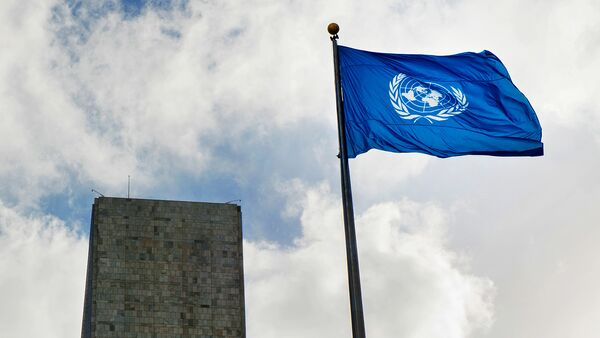 Флаг у Штаб-квартиры ООН в Нью-Йорке - Sputnik Узбекистан