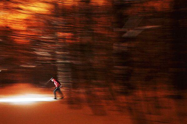 Ночной лыжник. Работа фотографа Марии Плотниковой. На снимке: любительские соревнования Ромашково Night Cup, которые проходят в вечернее время в Москве. - Sputnik Узбекистан