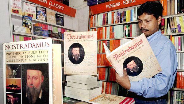 Мужчина листает книгу с пророчествами французского ясновидящего Нострадамуса в книжном магазине в Бангалоре - Sputnik Узбекистан