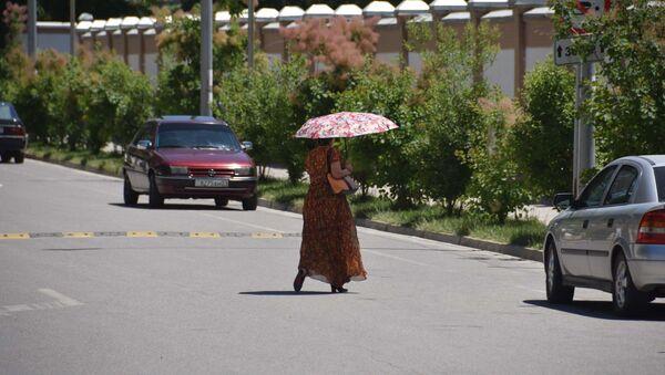 Жара. Женщина под зонтом спасается от солнца - Sputnik Ўзбекистон
