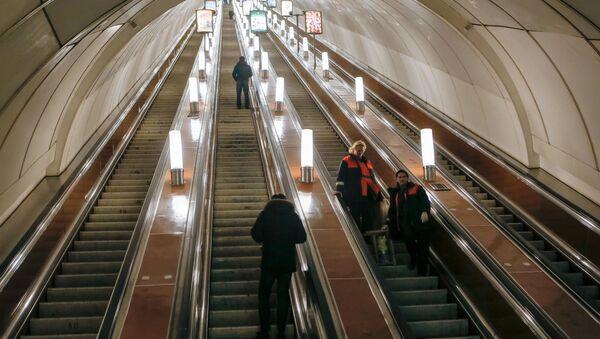 Рабочие ночной смены спускаются на эскалаторе на станцию метро Гостиный двор в Санкт-Петербурге - Sputnik Узбекистан