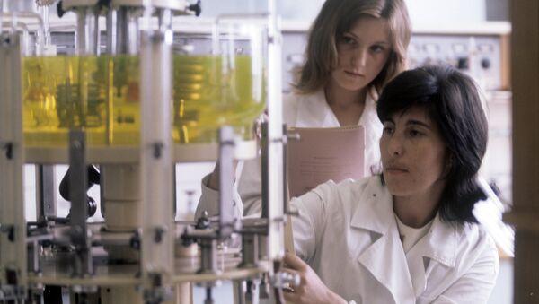 Молодые биологи в лаборатории - Sputnik Узбекистан