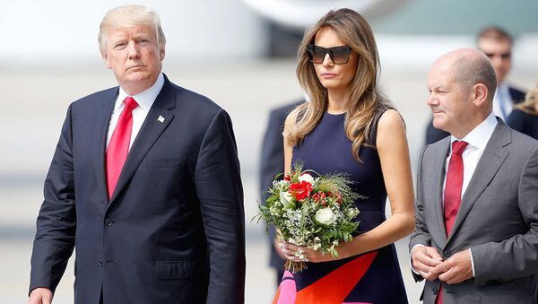 Prezident SSHA Donald Tramp i pervaya ledi Melanya Tramp v aeroportu Gamburga. 6 iyulya 2017 - Sputnik Oʻzbekiston