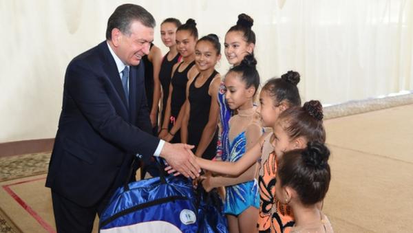 Шавкат Мирзиёев вручил подарки юным спортсменам - Sputnik Узбекистан