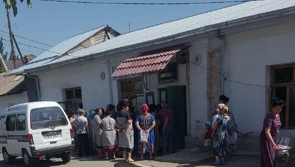 Lyudi stoyat u zdaniya maxalli v 50-gradusnuyu jaru, chtobы poluchit pensiyu - Sputnik Oʻzbekiston
