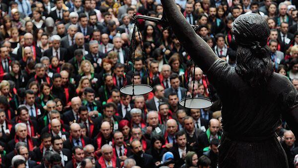 Статуя Фемиды на фоне скопления людей - Sputnik Узбекистан