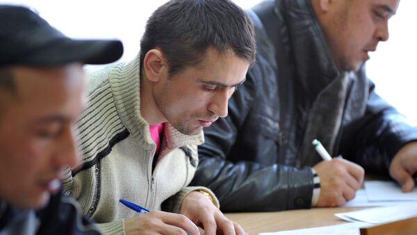 Мигранты во время экзаменационного тестирования - Sputnik Узбекистан