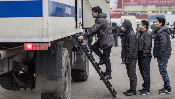 Задержанные мигранты во время рейда полиции - Sputnik Узбекистан