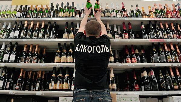 Продавец расставляет на полках бутылки шампанского вина - Sputnik Ўзбекистон
