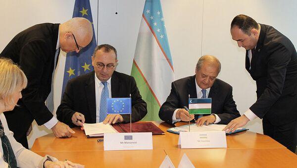 Министр иностранных дел Республики Узбекистан Абдулазиз Камилов и  Генеральный директор Комиссии ЕС по международному сотрудничеству и развитию Стефано Мансервиси - Sputnik Узбекистан