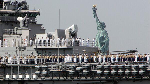 Корабль ВМФ США на фоне статуи Свободы - Sputnik Узбекистан