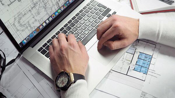 Мужчина сидит у компьютера - Sputnik Ўзбекистон