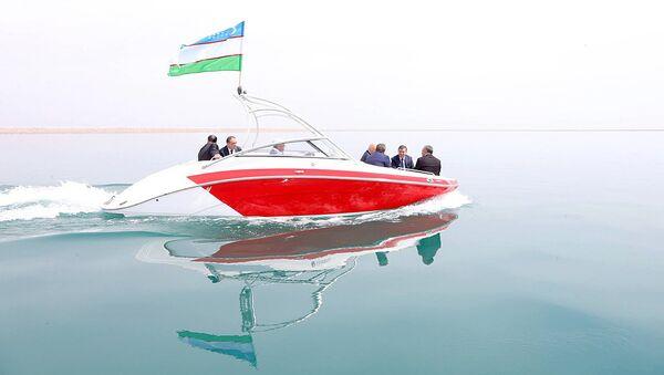 Президент Республики Узбекистан Шавкат Мирзиёев по время осмотра Сардобского водохранилища - Sputnik Ўзбекистон