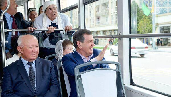 Prezident Uzbekistana Shavkat Mirziyoyev proyexal v tramvaye v Samarkande po marshrutu Jeleznodorojnыy vokzal – Sartepa - Sputnik Oʻzbekiston