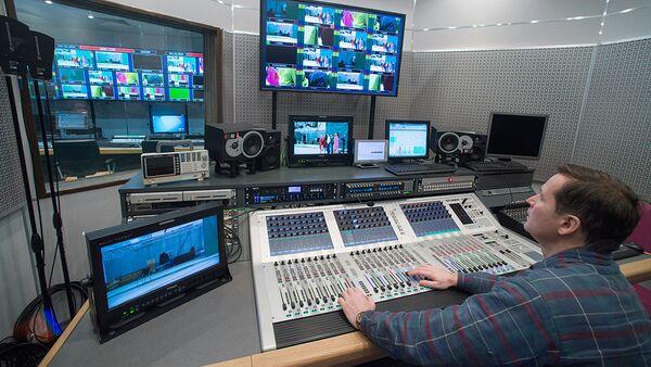 Звукорежиссер в аппаратной телевизионного комплекса - Sputnik Ўзбекистон