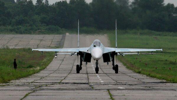 Истребитель су-27 после посадки двигается по рулежной дорожке - Sputnik Узбекистан