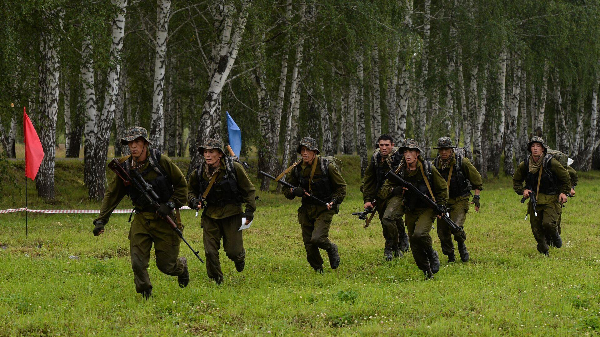 Военнослужащие вооруженных сил Узбекистана во время финиша первого этапа Десантирование, совершение марш-броска - Sputnik Узбекистан, 1920, 06.07.2021