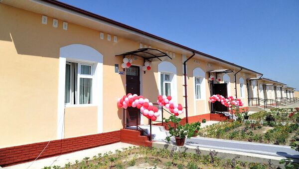 Президент Шавкат Мирзиёев подарил нуждающимся ключи от жилых домов - Sputnik Узбекистан