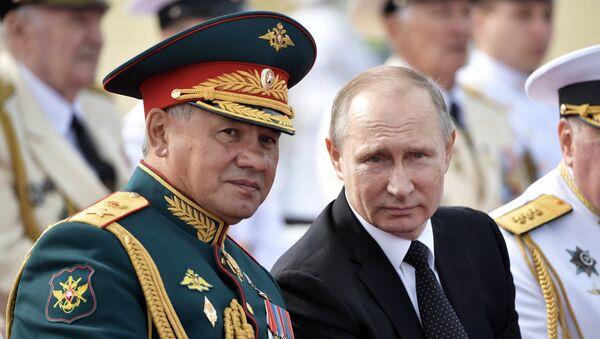 Президент РФ В. Путин принимает участие в торжествах по случаю Дня ВМФ РФ - Sputnik Ўзбекистон