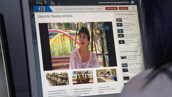 Девушка смотрит он-лайн трансляцию на телеканале Узбекистан 24 - Sputnik Ўзбекистон