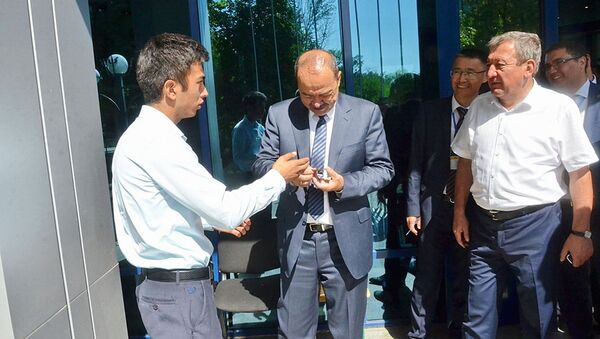 Электронная шпаргалка не помогла абитуриенту: Премьер-министр посоветовал ему поступать в ТУИТ - Sputnik Ўзбекистон