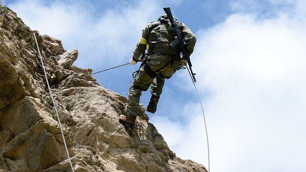 Военнослужащий во время конкурса на лучшее высокогорное подразделение Вооруженных Сил Эльбрусское кольцо - Sputnik Ўзбекистон